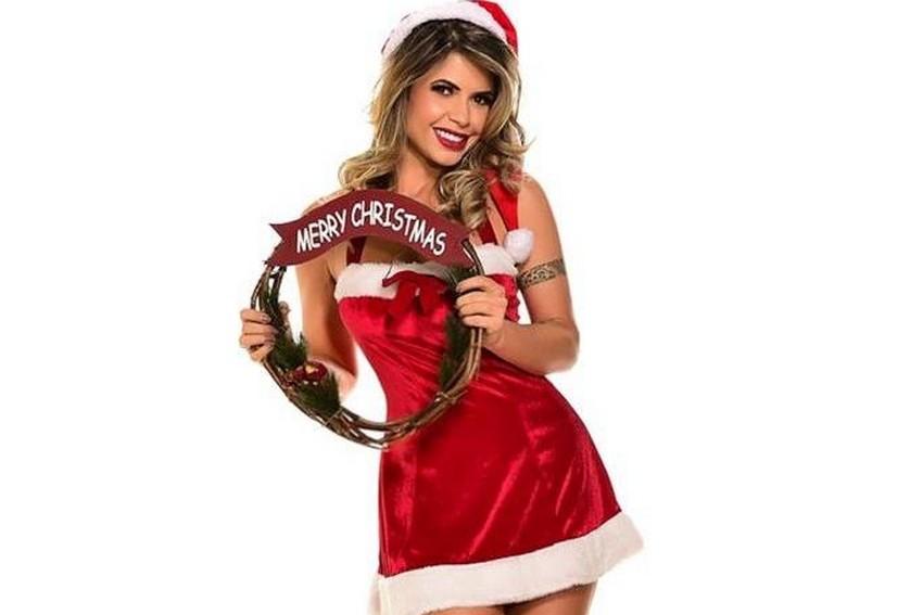 Cacau Colucci faz ensaio fotográfico de ajudante de Papai Noel