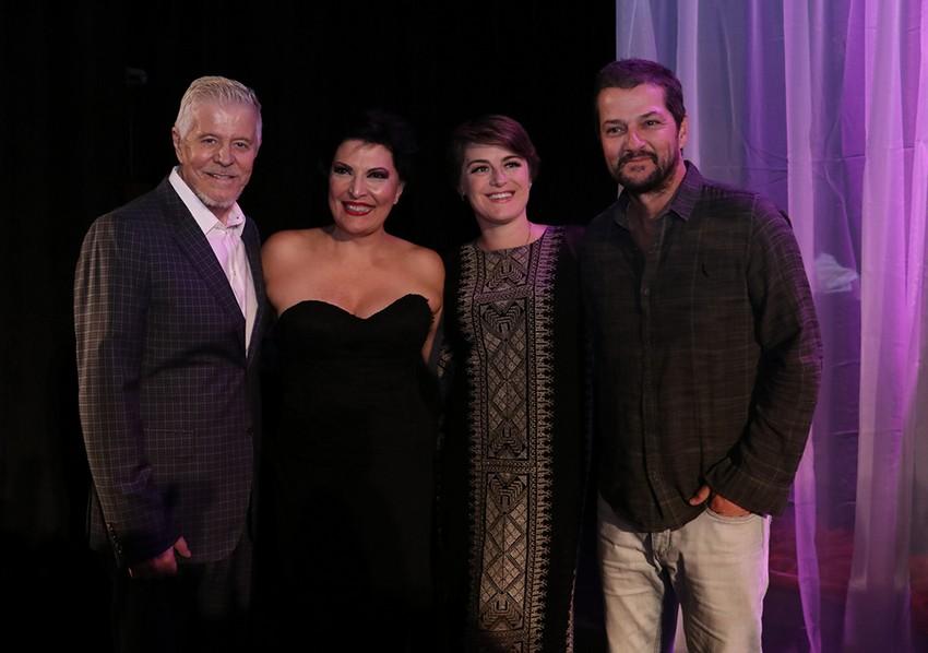 Miguel Falabella, Alessandra Maestrini e Marcelo Serrado sobem ao palco com Mirna Rubim