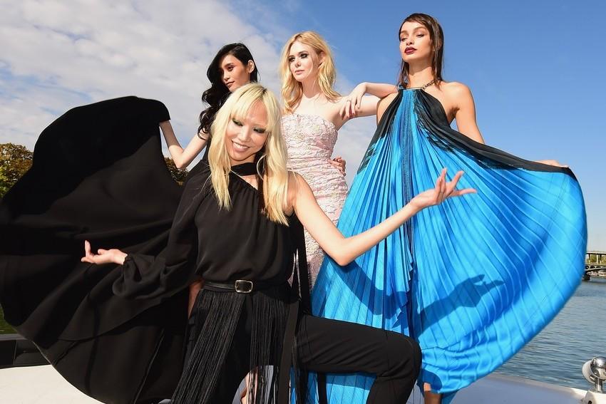A L'Oréal Paris apresentou o seu desfile no rio Sena