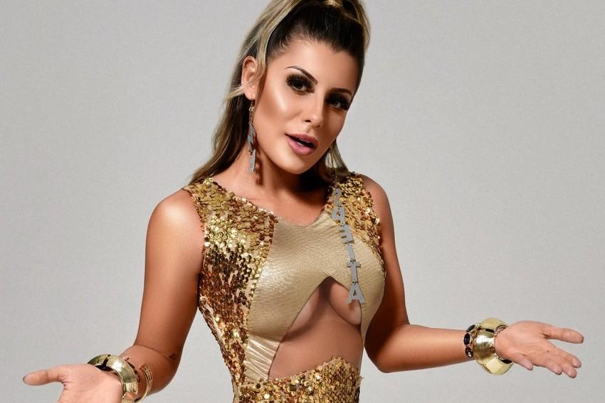 Aricia Silva surge deslumbrante em ensaio de Carnaval
