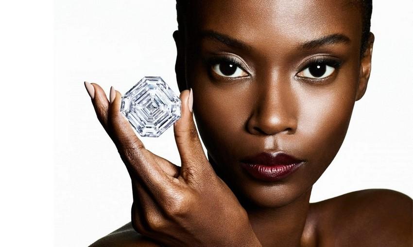 O Lesedi La Rona da Graff é o maior diamante com corte esmeralda quadrada do mundo