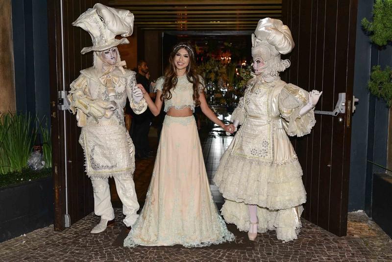 Fernanda Concon festeja seus 15 anos com super festa