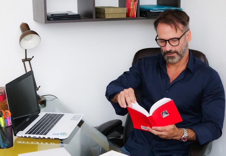 Ator e psicólogo, Carlos Arruza fala sobre o trabalho nas duas áreas