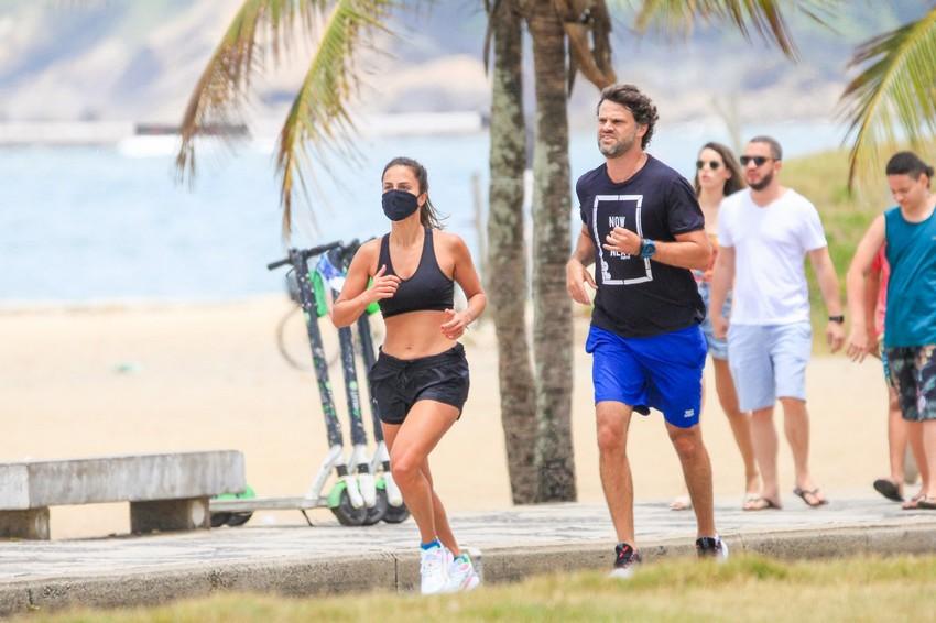 Carol Barcellos e o namorado André Vianna mantendo a forma na orla