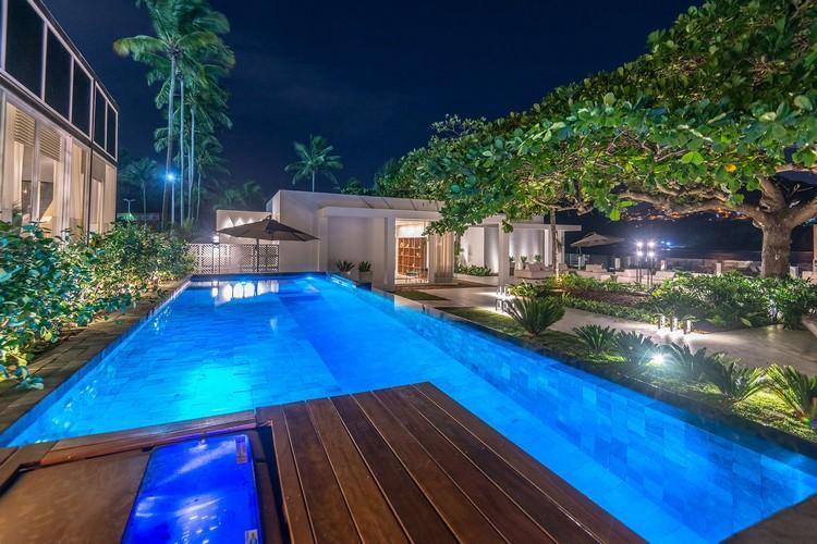 Área externa com piscina de borda infinita
