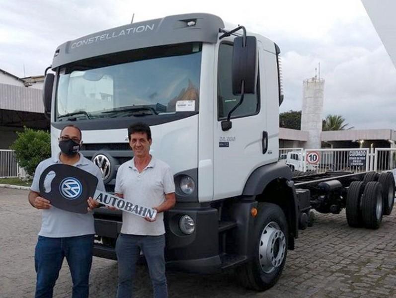 Cliente EE Tessarolo recebendo seu VW 24.280