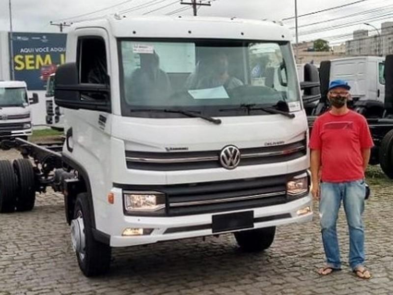 Cliente Barao do Acai recebendo seu VW 11.180 VTronic