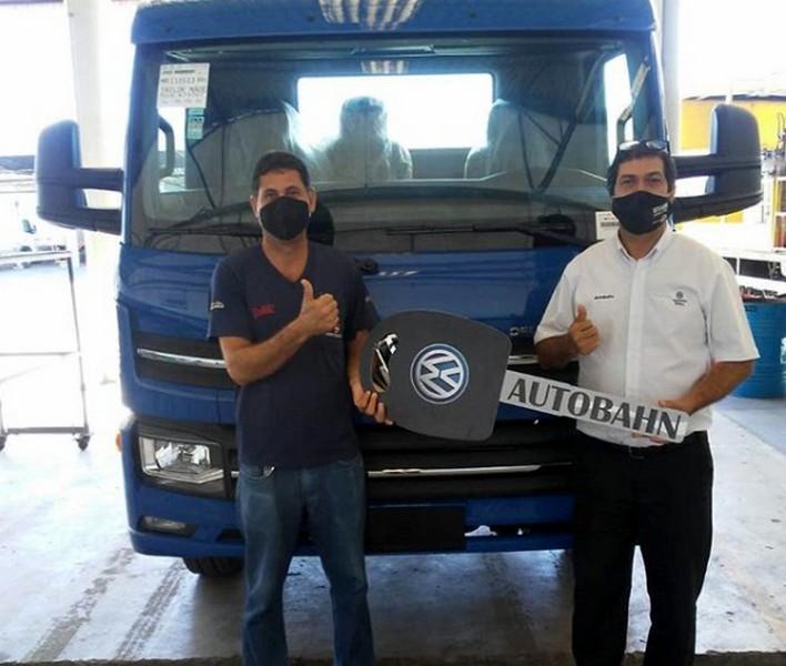 Cliente Sorvedoces recebendo seu VW 11.180