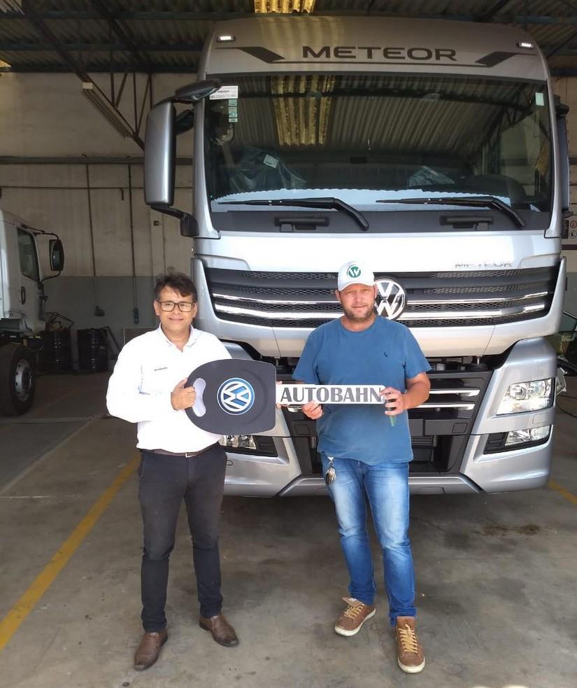 Cliente Wagner Areia recebendo o seu Meteor 29.520 6x4 202122 Prata