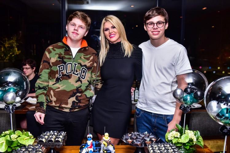 Val Marchiori comemora o aniversário de 15 anos dos seus filhos EIke e Victor Marchiori