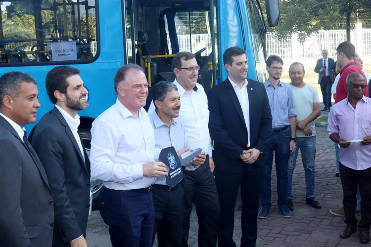 Governador Renato Casagrande faz entrega simbólica da chave dos novos ônibus