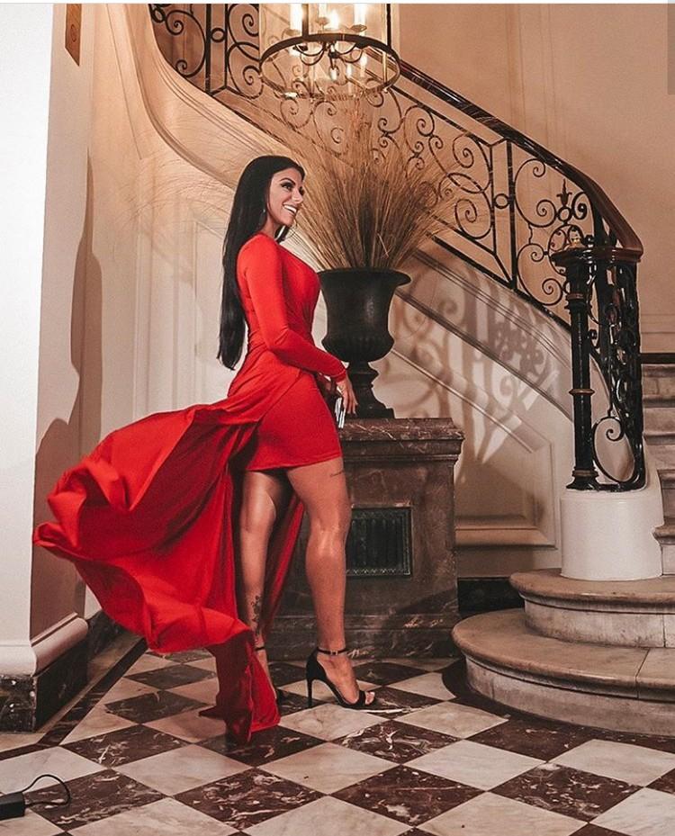 Evelyn Regly participa de lançamento da nova fragrância da Avon Brasil