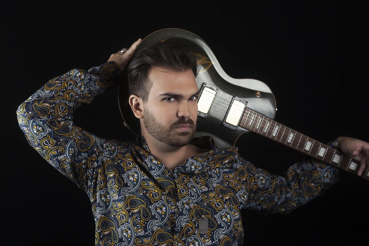 Cantor de rock Leon Von, filho de Ronnie Von, lança novo single