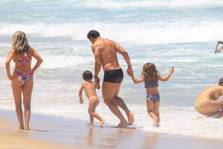 Fred Guedes e Paula Armani curtem praia com as crianças