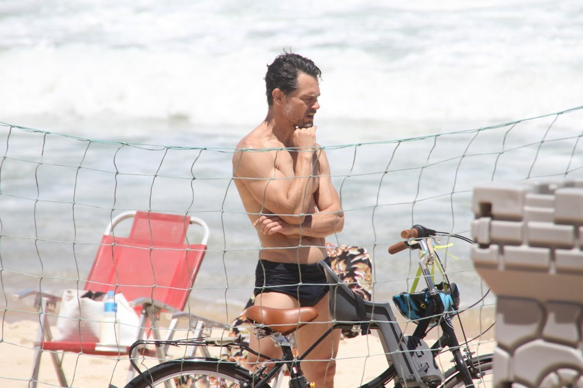 Gabriel Gracindo aproveita tempo bom no Rio e curte praia no Leblon
