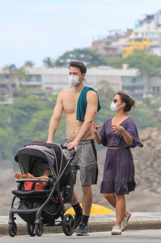 Geovanna Tominaga passeia com o marido e o filho pela orla do Leblon