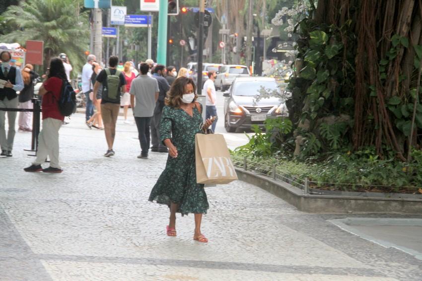 Glória Maria aproveita tarde de sábado para ir às compras