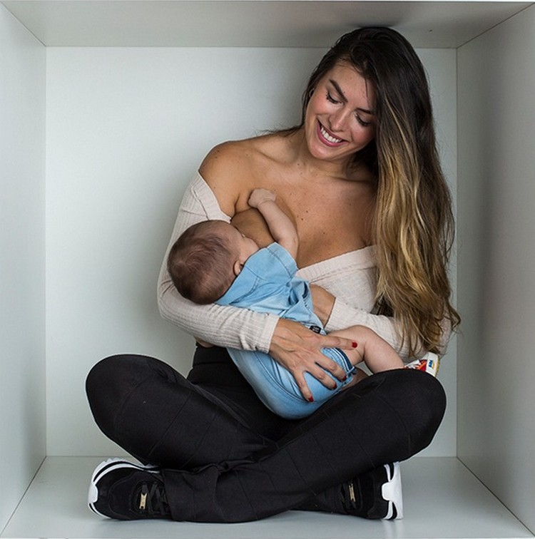 Atriz Jaqueline Fernandez posou amamentando o filho Lucas