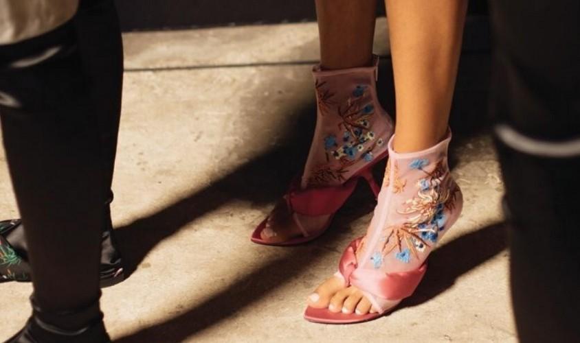 Gucci, Versace e outras marcas de luxo estão brincando com calçados e acessórios na temporada