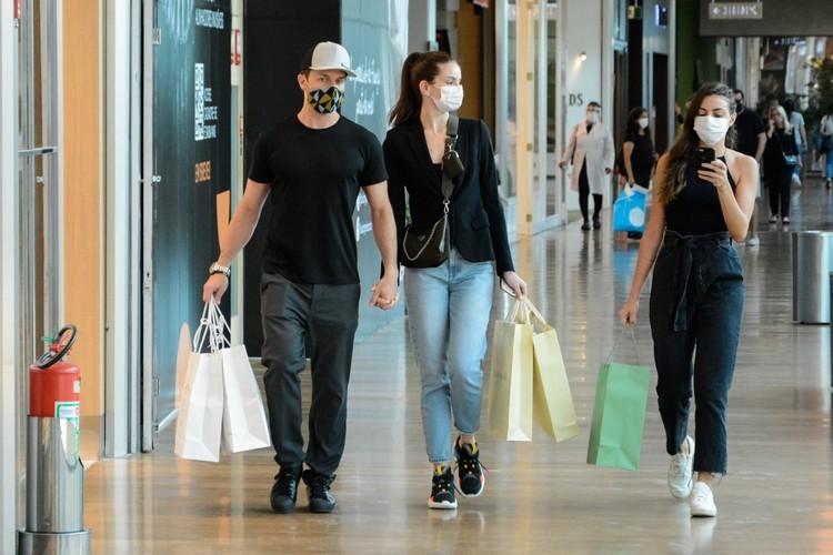 Klebber toledo e Camila Queiroz vão ás compras em shopping na Barra da Tijuca