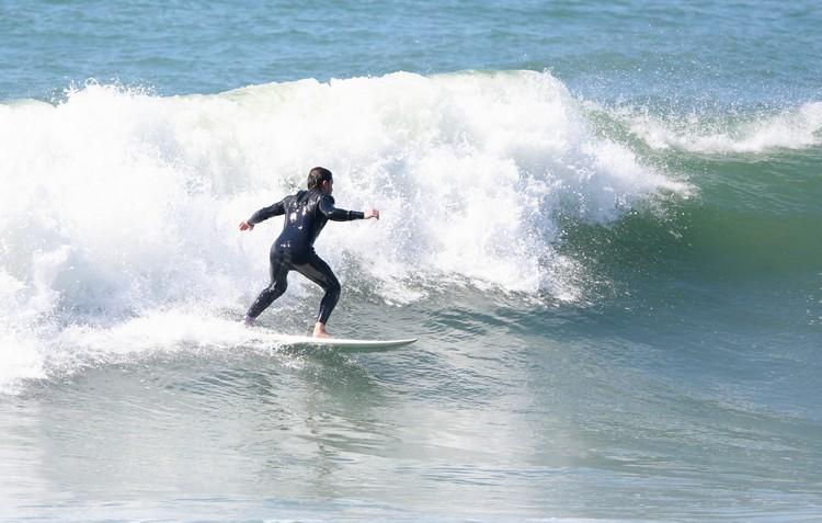 Klebber Toledo surfa na praia de Grumari, no Rio de Janeiro