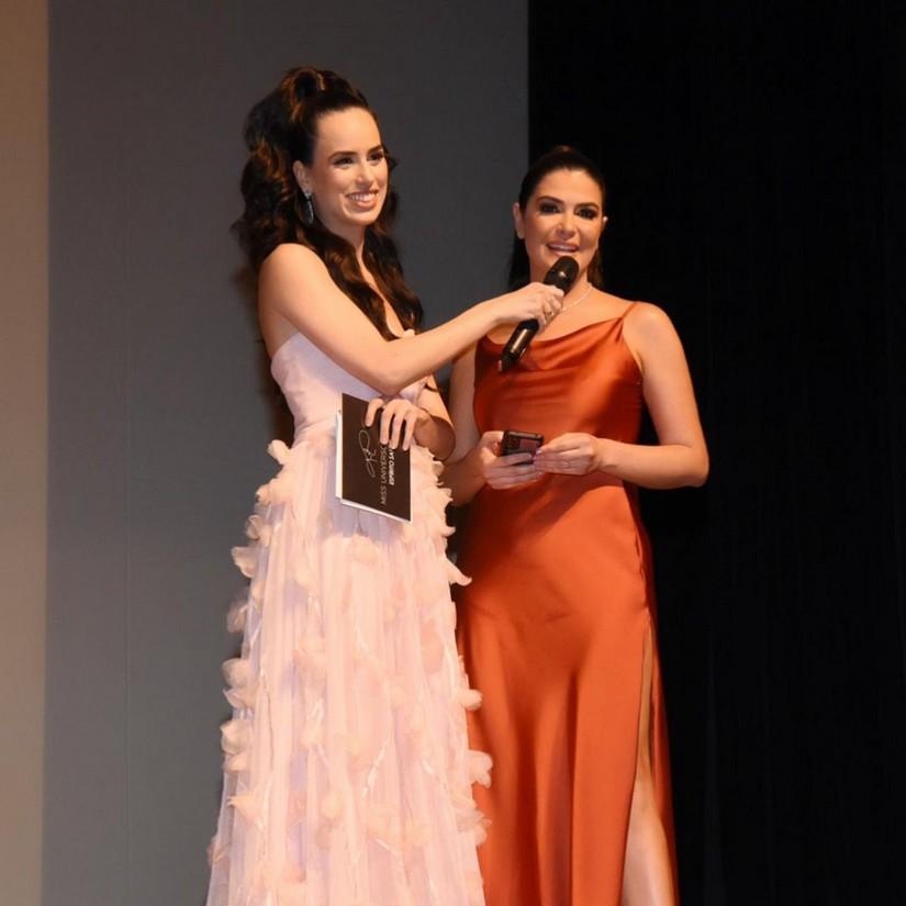 Mia Mamede se destaca como apresentadora do Miss Universo Espírito Santo