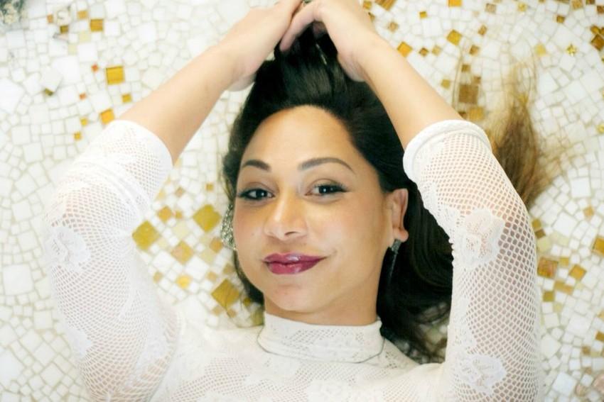 Voz do pop rock eletrônico, Naiá reinventa Tigresa de Caetano Veloso