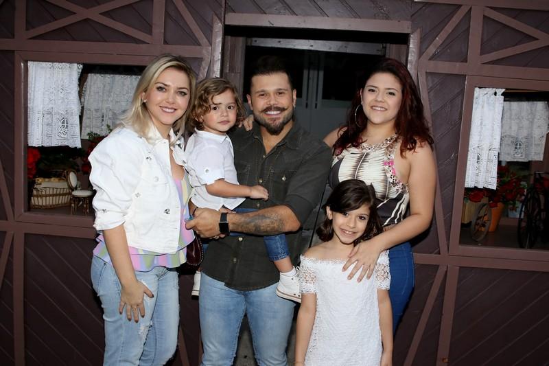O cantor Marcos  ( Marcos e Belutti) esteve com a familia