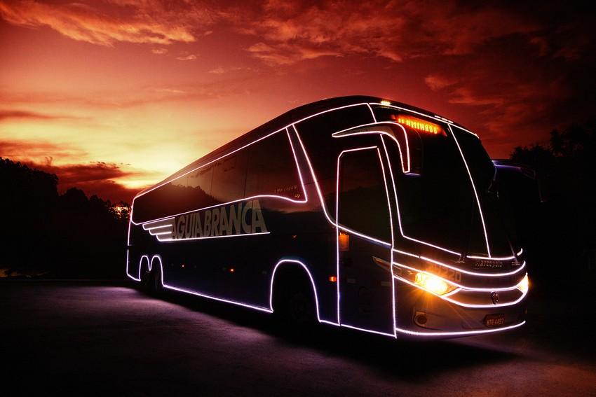 Ônibus iluminado da Viação Águia Branca já percorre o país