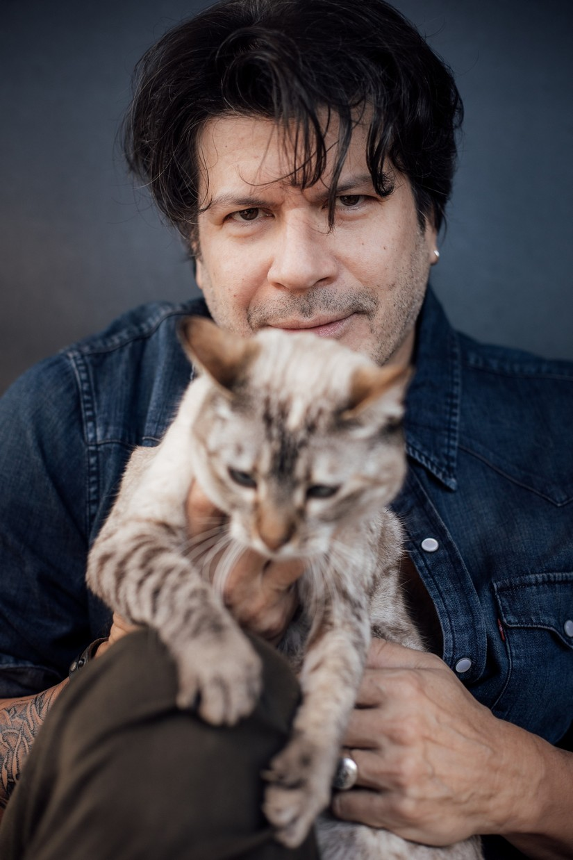 Com seu gato Tokio. Foto Isabella Pinheiro