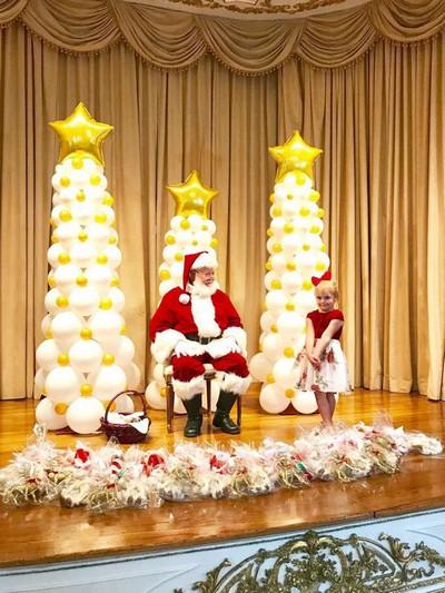 Papai Noel recebeu todas as crianças no palco