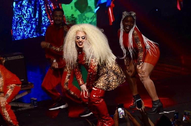 Gloria Groove estreia show e comemora sucesso da nova música Yoyo