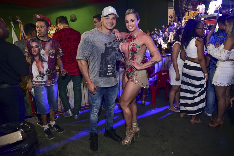 Juju Salimeni e Felipe Franco são só carinho na festa da X9,