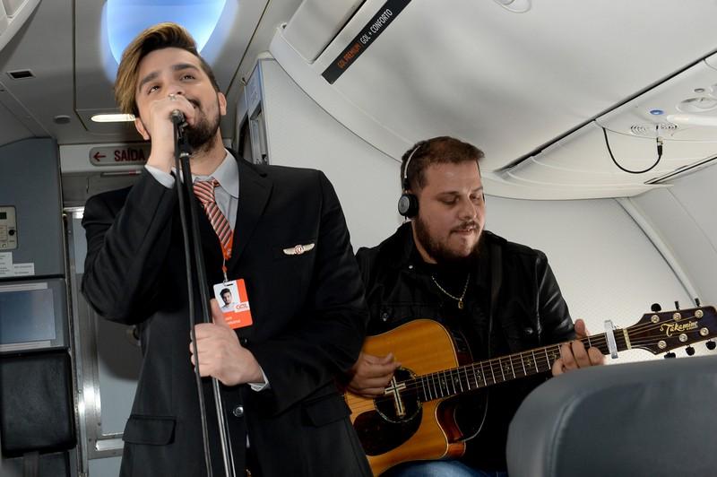 Luan Santana faz pocket show em avião da Gol no trecho BH - RJ