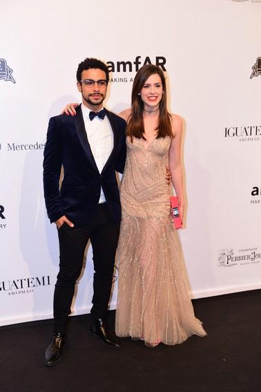 Sérgio Malheiros de Tom Ford e Sophia Abrahão veste Fabiana Milazzo